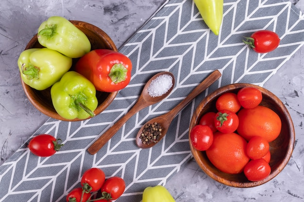 熟した赤いチェリートマトとブルガリアのピーマン