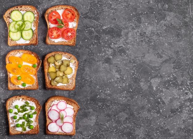 テーブルの上の野菜とクリームチーズのサンドイッチ