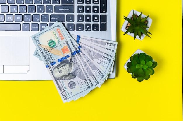 Деньги, заработанные на фрилансе на желтой поверхности