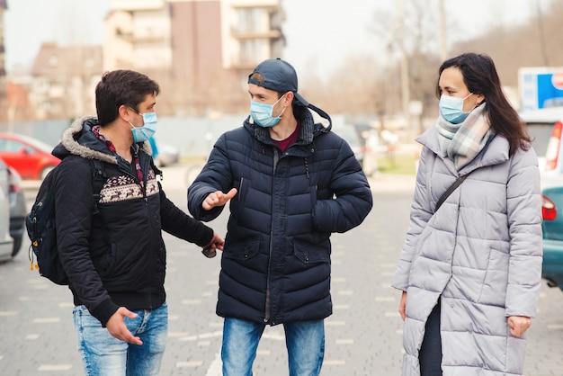 屋外医療マスクの人々。コロナウイルスエピデミック。コロナウイルス検疫。フェイスマスクを着ている友人。
