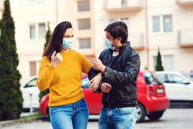 カップルはコロナウイルスの発生中にフェイスマスクを着用します。ウイルスと病気の保護。コロナウイルス検疫。