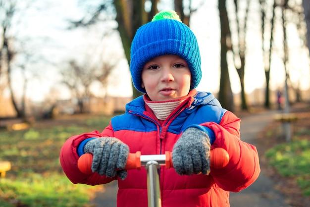 地元の公園でかわいい幸せな少年の肖像画