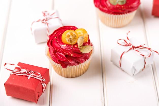 おいしいカップケーキとクリスマスの装飾