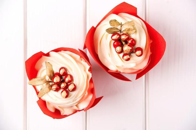 День рождения вкусные кексы с ягодами
