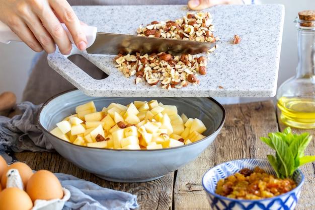 Яблочная начинка с корицей и изюмом для штруделя.