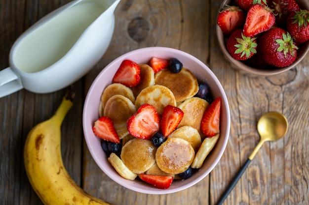 ミニオートパンケーキ。ブルーベリーとイチゴのミニパンケーキ