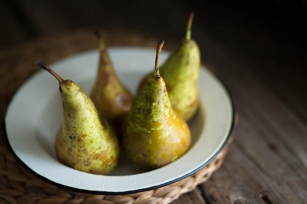 Спелые, сочные зеленые груши. груши на столе. летний зеленый фрукт. мыть груши на столе. вегетарианская еда. правильное питание. здоровое питание