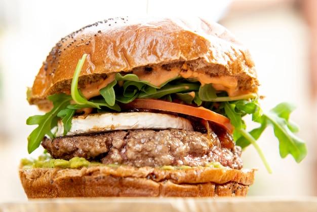 Бургер и картофель фри тарелка фри и гамбургер