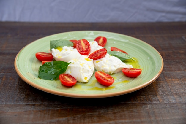 Салат из помидоров и сыра моцарелла