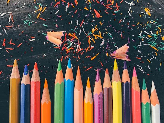 黒板に色鉛筆