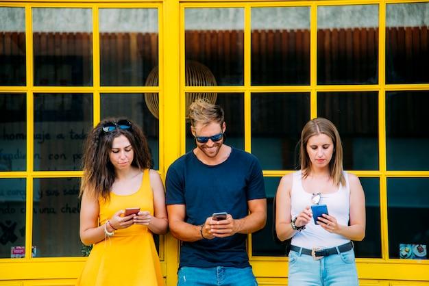 Группа в составе друзья используя мобильный умный телефон - концепцию наркомании.
