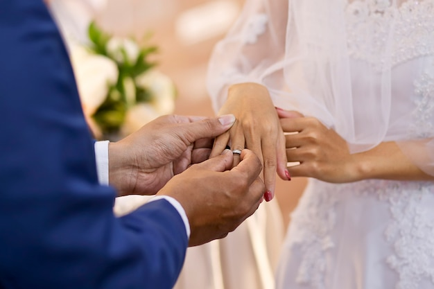 新郎は花嫁に指輪をかける