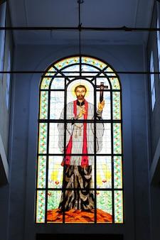 ジョグジャカルタの大聖堂でイエスの聖心を描いたステンドグラスの窓