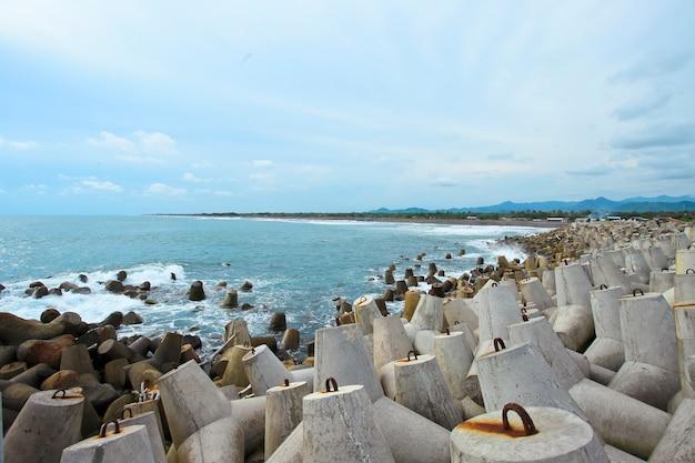 Бетонный морской барьер на пляже глаго, джокьякарта, индонезия