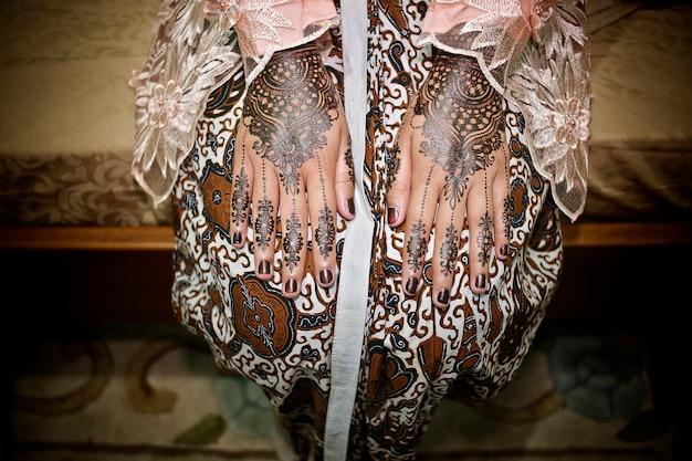 ヘナ、バティック、ケバヤの美しい花嫁。ジャワの伝統的な結婚式、インドネシア
