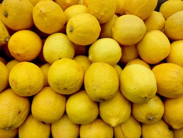 市場でのレモンの展示
