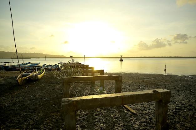 夕方に放棄された港に小さな漁船が停泊した