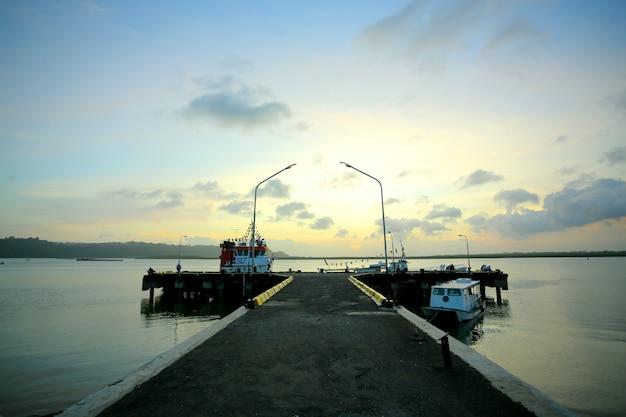 夕日の空の港