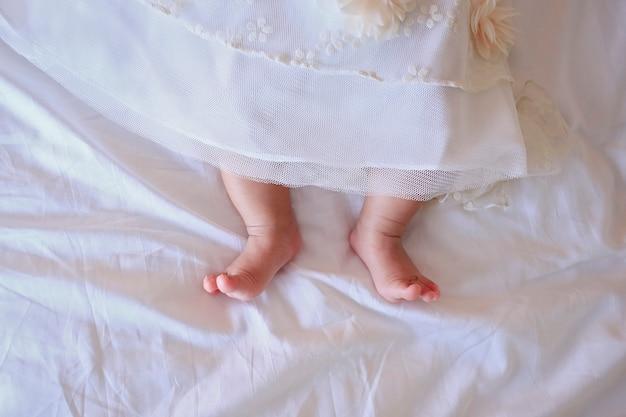 小さな生まれたばかりの赤ちゃんの足