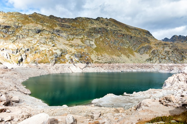 Горные вершины и озеро в пиренеях андорры