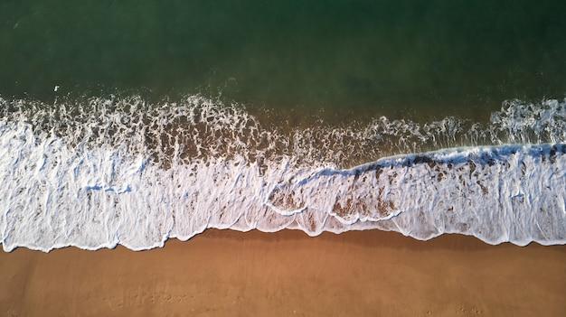 コスタブラバのスペインのビーチから空中ドローン写真