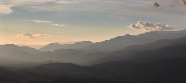 小さな村アルプの近く、スペインからの美しい山のシルエット