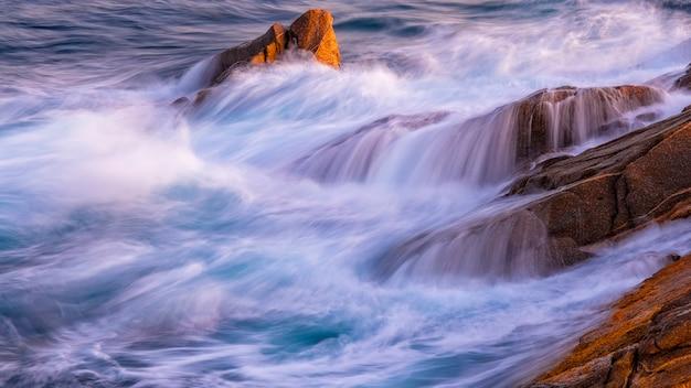 コスタ・ブラバ、パラモスのスペイン沿岸の素敵な海の詳細