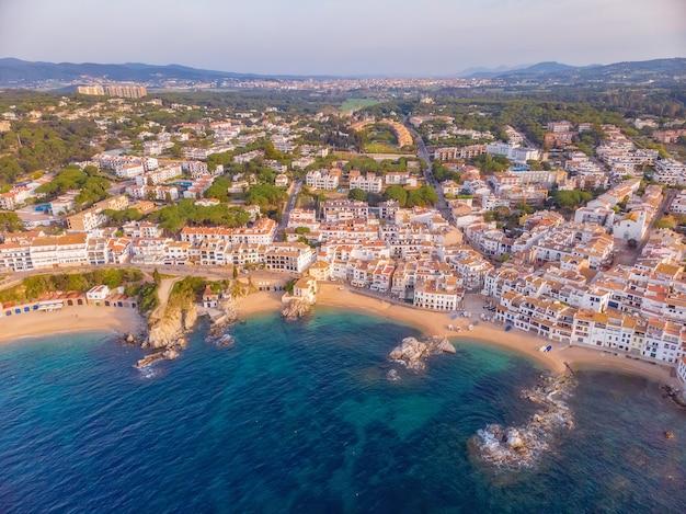 スペインのコスタブラバ沿岸、小さな村カレーリャデパラフリュージェルのドローン写真