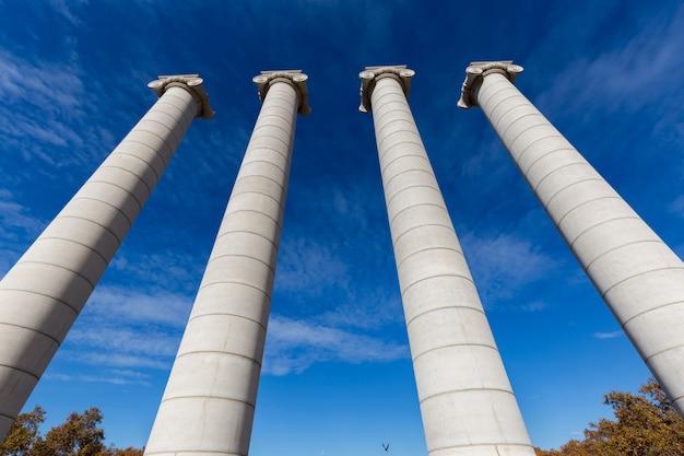 Четыре массивные колонны в испанской барселоне