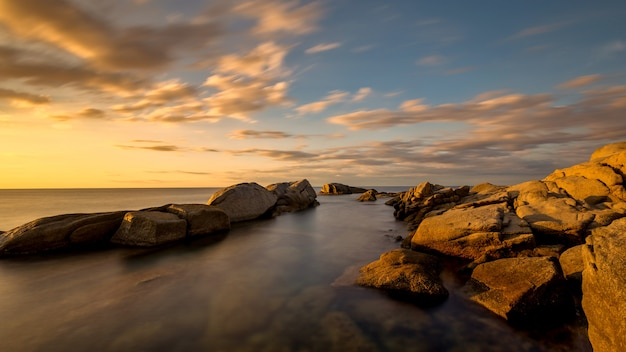 スペイン、コスタブラバの湾の美しい日の出