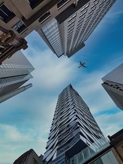 オーストラリア、シドニーからの近代建築のローアングルショット
