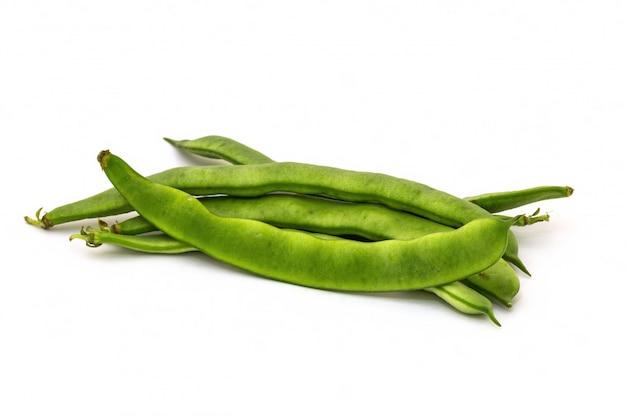 白い背景の緑の豆