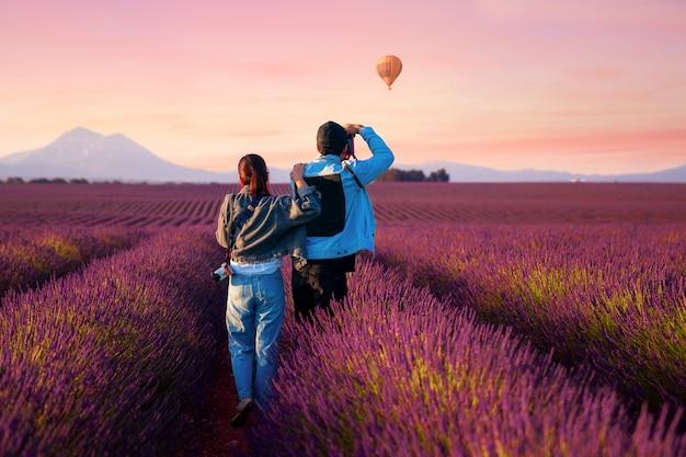 Азиатская пара путешествует в лавандовом поле