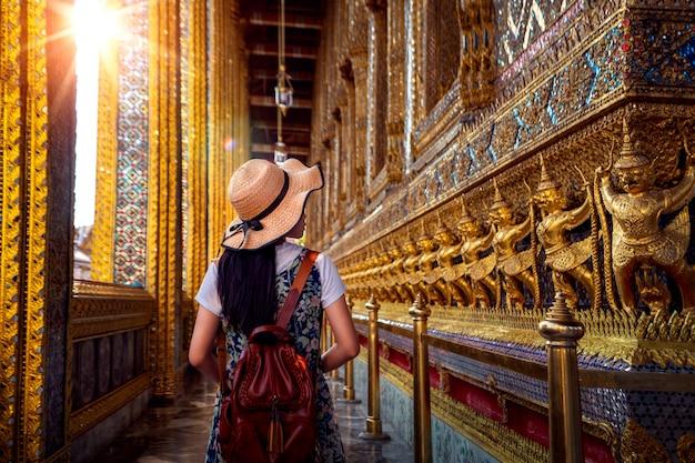 ワットプラケオのアジア女性のウォーキングと旅行