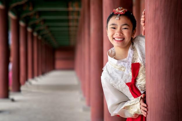 Корейская леди в ханбок платье костюм