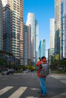 都市景観をキャプチャしようとする写真家のクローズアップ