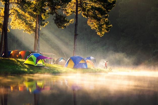 テントに囲まれたパンオウン湖の風景