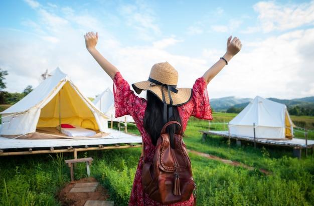 Азиатская девушка счастлива в сельской местности в семье