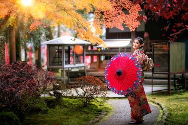 日本人の女の子が寺を歩く