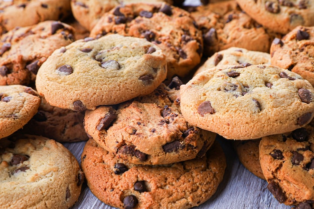Печенье с шоколадной крупным планом. домашнее печенье. гора печенья.