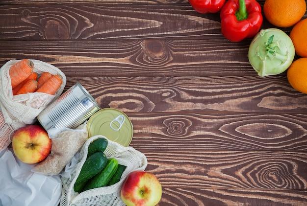 Овощи и фрукты на деревянный стол