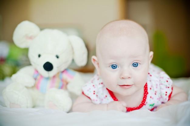 女の赤ちゃんとおもちゃのラット