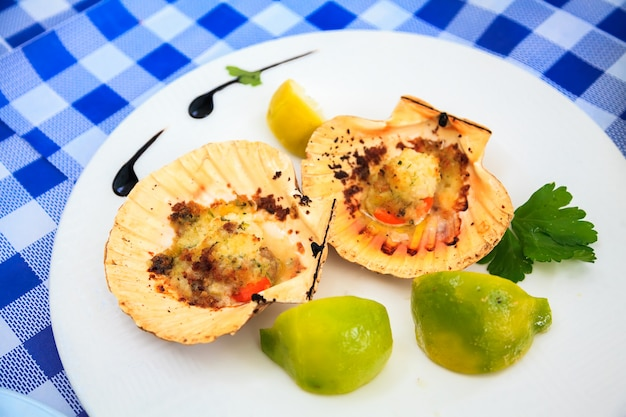 Запеченные морские гребешки с сухарями
