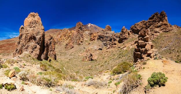 Панорамный вид на лос-рокес-де-гарсия и вулкан тейде