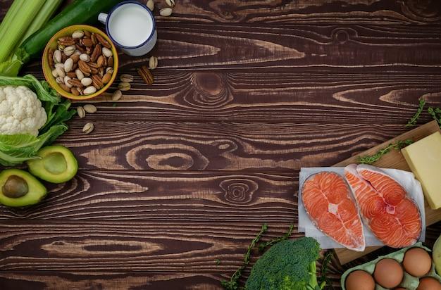 木製のテーブルの食材