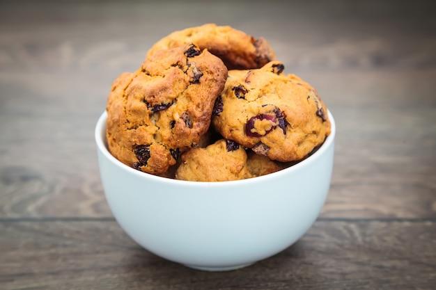 白いボウルに自家製クッキー
