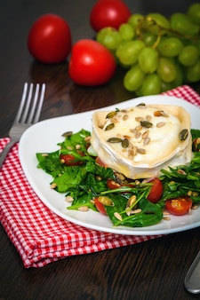 焼き山羊のチーズのルッコラサラダ