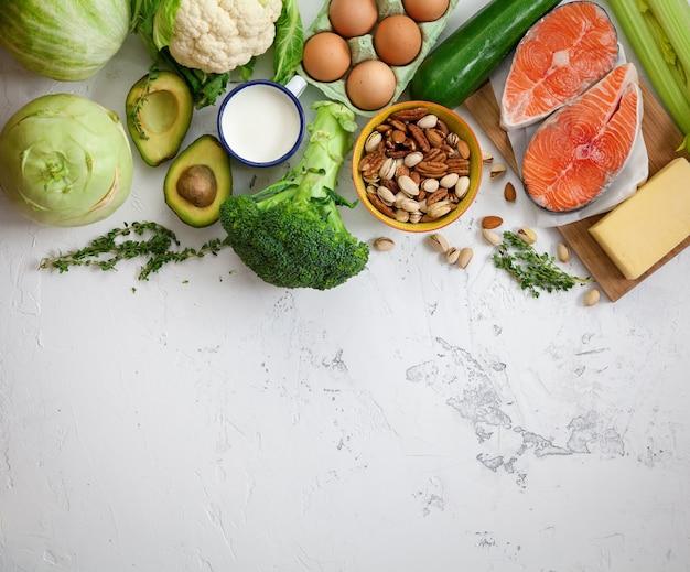 Здоровая сбалансированная еда на белой мраморной поверхности