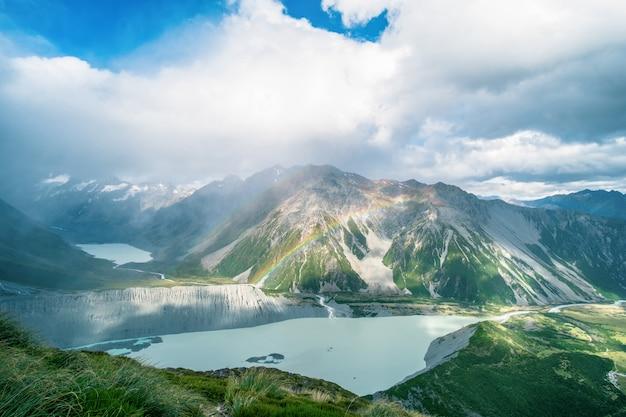 Пейзаж скалистой горы и радуги