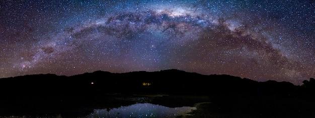 Панорама звездная ночь млечный путь над горой. национальный парк абеля тасмана.